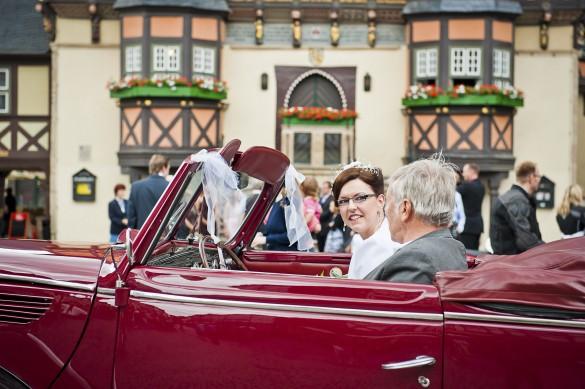 Hochzeit Fotograf Wernigerode - Braut und Brautvater portraitiert im Oldtimer vor dem Standesamt im Rathaus Wernigerode