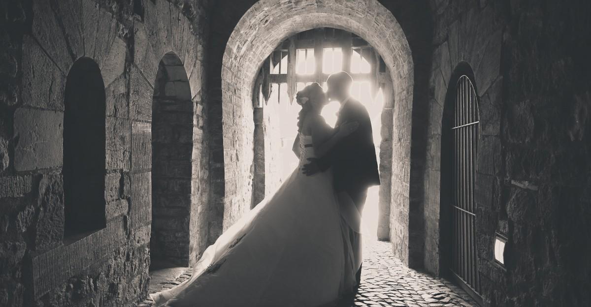 Hochzeit Schloss Wernigerode - Brautpaar im Schlossgang Portraitfoto