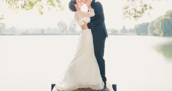Hochzeitspaar Carmen & Eric fotografiert auf dem Steg der Teichmühle in Wernigerode, Hochzeitsportrait mit Brautstrauß