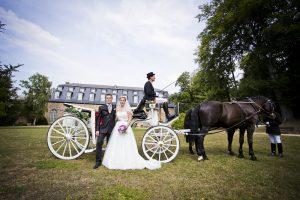 Hochzeitspaar vor Pferdekutsche an der Orangerie im Lustgarten